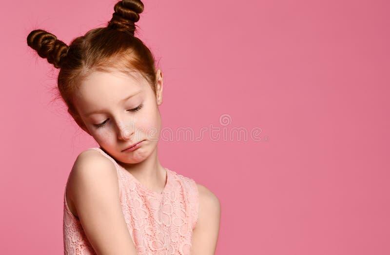 Integral de ni?a hermosa en el vestido que se coloca y que presenta sobre fondo rosado fotos de archivo libres de regalías