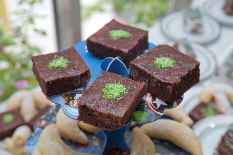 Integrale Banaancake De gebakken vierkante stukken van chocoladepastei met okkernoten op een zwarte schepen, hoogste mening in He stock afbeelding