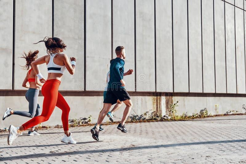 Integrale dei giovani in abbigliamento di sport immagine stock libera da diritti