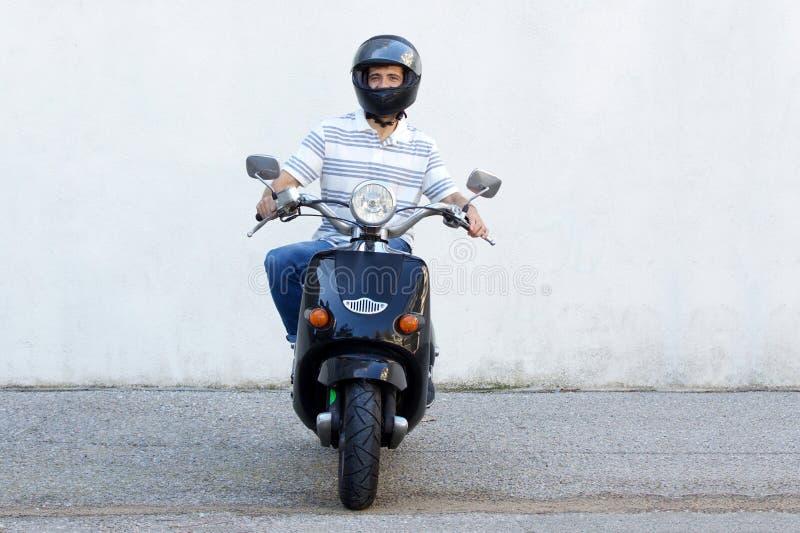 Integrale del motorino di motore di guida dell'uomo sulla via immagini stock libere da diritti