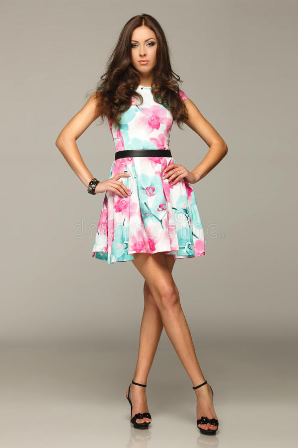 Integrale della femmina nella posizione del vestito da estate fotografie stock libere da diritti
