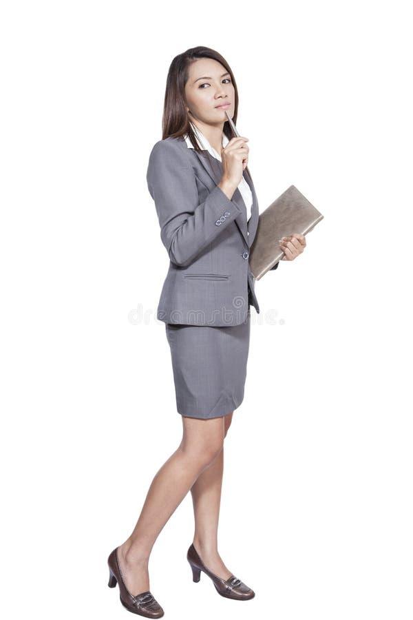 Integrale della nota attraente del diario della penna di gesto della donna di affari fotografia stock