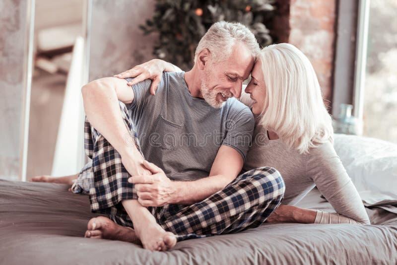 Integrale delle coppie anziane piacevoli che si siedono insieme fotografia stock libera da diritti