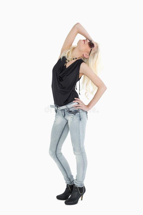 Integrale di bella giovane posa bionda casuale fotografia stock libera da diritti