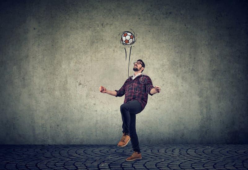 Integrale di giovane tipo che manipola un calcio fotografia stock libera da diritti