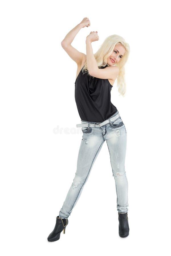 Integrale di un dancing biondo casuale felice fotografia stock libera da diritti