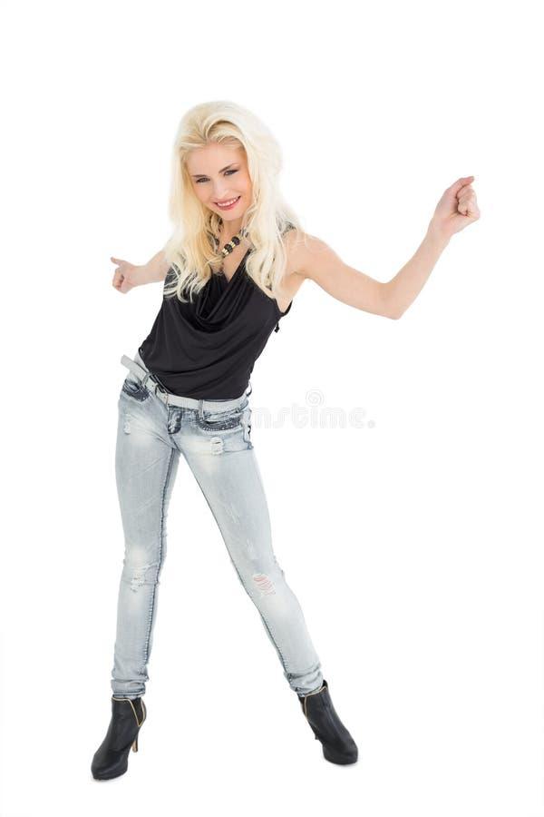 Integrale di un dancing biondo casuale felice fotografie stock