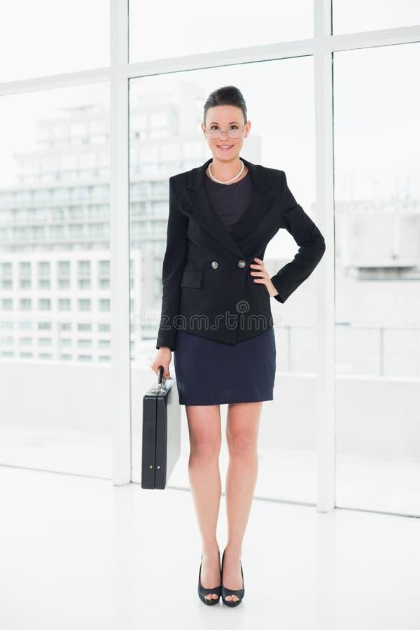 Integrale di una donna di affari elegante in cartella di trasporto del vestito in ufficio fotografia stock libera da diritti