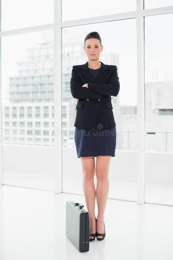 Integrale di una donna di affari elegante in vestito con la cartella in ufficio fotografia stock libera da diritti