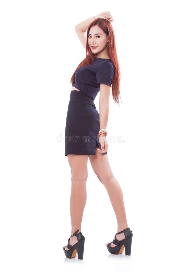 Download Integrale Di Una Giovane Donna Felice Che Sta Con Le Mani Dietro La Testa Immagine Stock - Immagine di fashionable, sguardo: 56891583