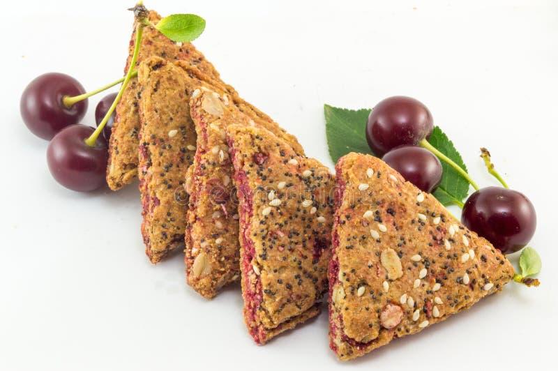 Integrale Kekse mit Kirschfrucht stockbild