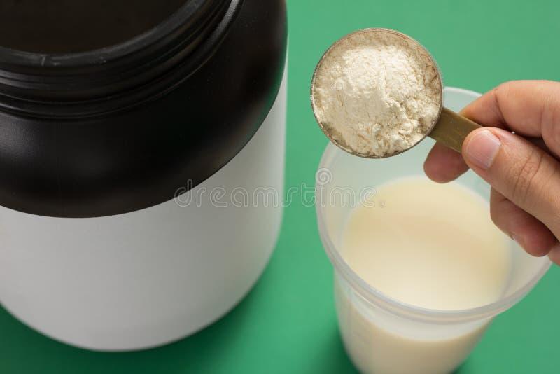 Integratore alimentare del proteina del siero per la formazione e l'esercizio Agitatore con latte  fotografia stock