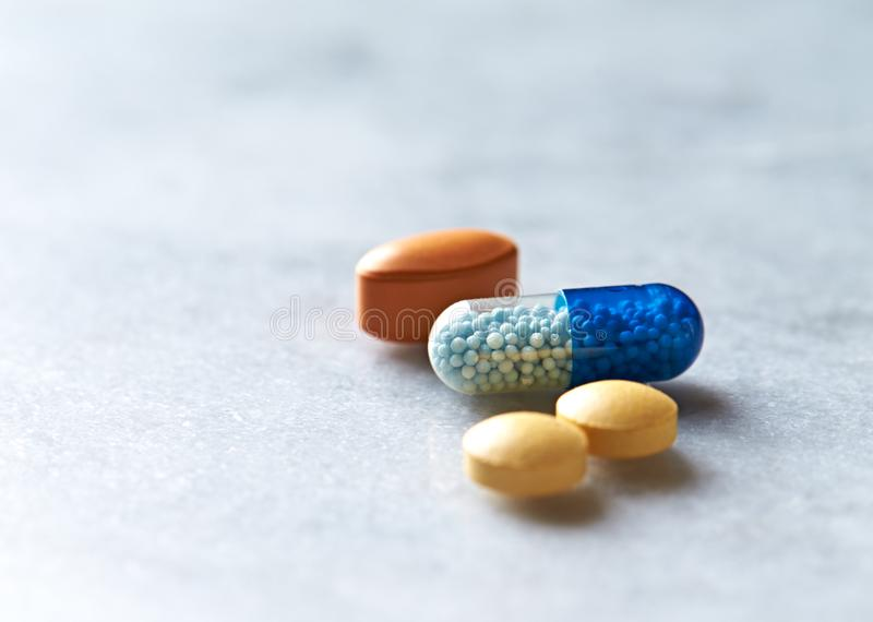 Integratori alimentari naturali assortiti e vitamine su fondo grigio immagine stock libera da diritti