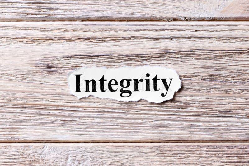 Integridade da palavra no papel Conceito Palavras da integridade em um fundo de madeira foto de stock