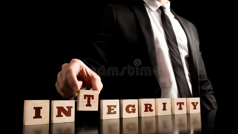 Integrität auf dem hölzernen Stück vereinbart vom Geschäftsmann lizenzfreies stockfoto