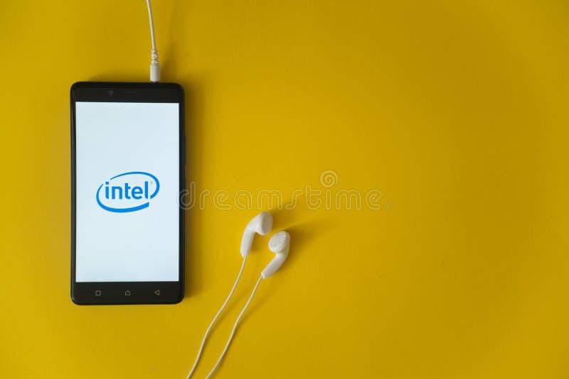 Intel-embleem op het smartphonescherm op gele achtergrond royalty-vrije stock afbeelding