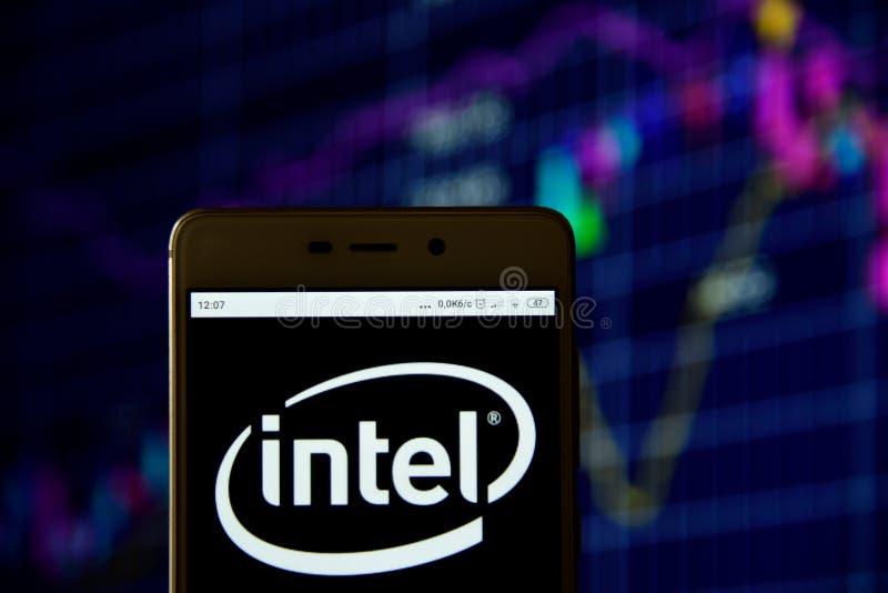 Intel-Logo wird auf einem Smartphone gesehen stockbild