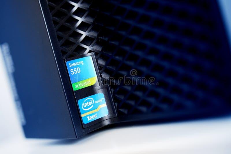 Intel Xeon innerhalb SSD Samsung amerikanischen Nationalstandards aktivierte Aufkleber auf powerfu stockfotografie