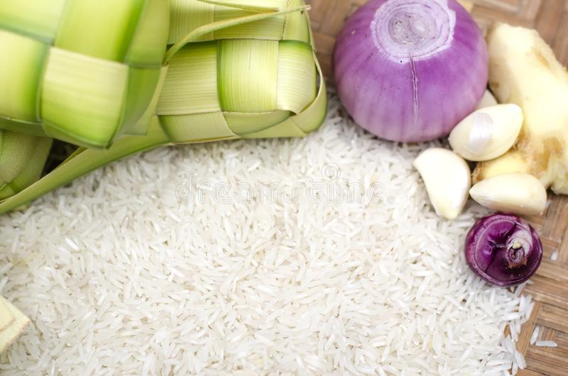 Intelaiatura e riso di Ketupat in contenitore di bambù squisitezza tradizionale del malay durante il festival malese del eid immagini stock libere da diritti