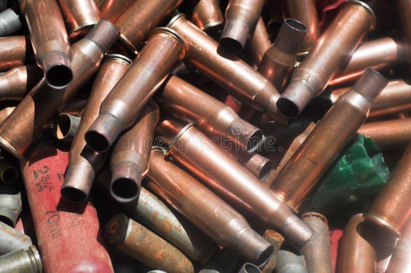 Intelaiature della pallottola e cartucce per fucili a canna liscia d'ottone usate fotografia stock