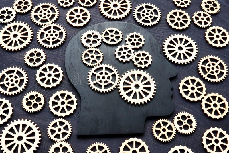 Inteligencia emocional E-I Silueta principal con las ruedas de engranaje imagenes de archivo