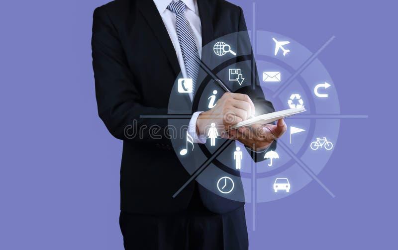 Inteligencia olográfica del tacto de la pluma de tenencia del hombre de negocios fotos de archivo libres de regalías