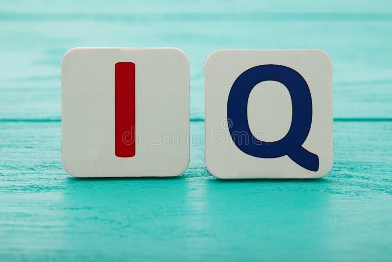 Inteligencja iloraz Słowo IQ na błękitnym drewnianym tle kosmos kopii Egzamin próbny Up Szkoła i edukaci pojęcie zdjęcia royalty free