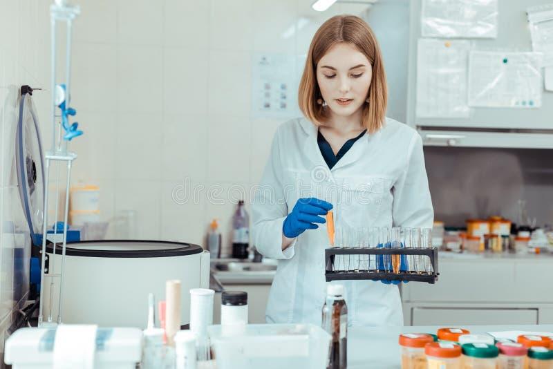 Inteligentna młoda kobieta bierze próbne tubki dla egzaminu obrazy stock