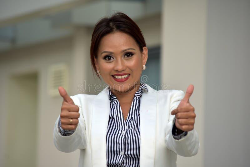 Inteligentna Różnorodna Biznesowa kobieta Z aprobatami obraz stock