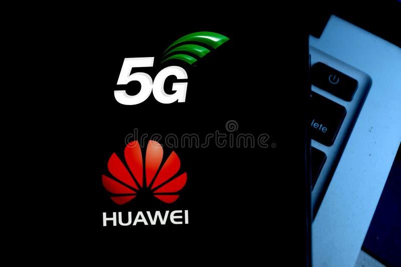 Inteligentna tabletka z logo: Huawei i 5G fotografia stock