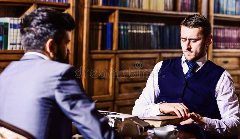 Inteligentny elita i edukaci pojęcie Mężczyzna z antykwarskimi półka na książki zdjęcia stock