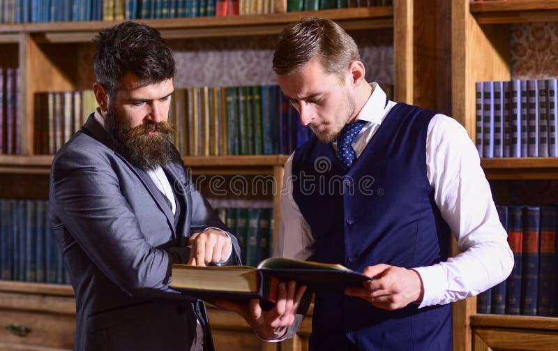 Inteligentny elita i naukowi ludzie pojęć Profesorzy czytający książka zdjęcia stock