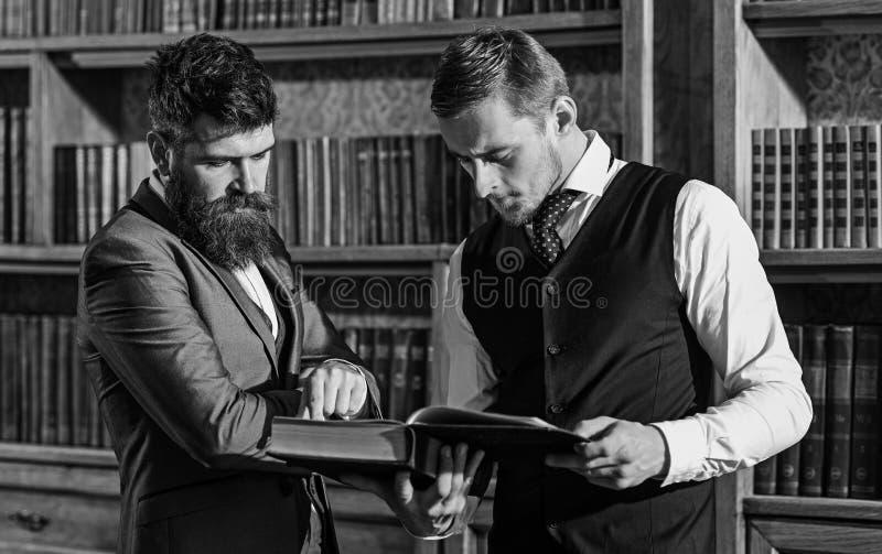 Inteligentny elita i naukowi ludzie pojęć Profesorzy czytający książka zdjęcie royalty free