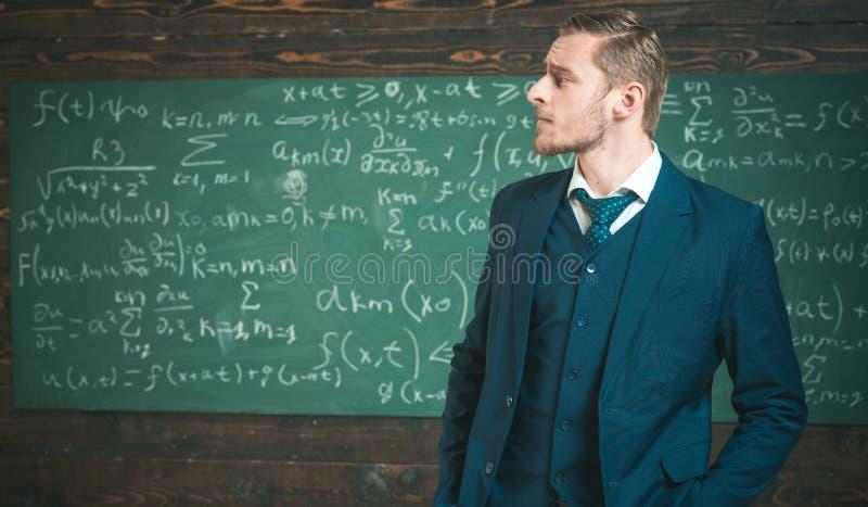 Inteligentny mężczyzna w kostiumu przy elity uniwersytetem Bocznego widoku blond facet z elegancką fryzurą, brodą i wąsy, obrazy royalty free