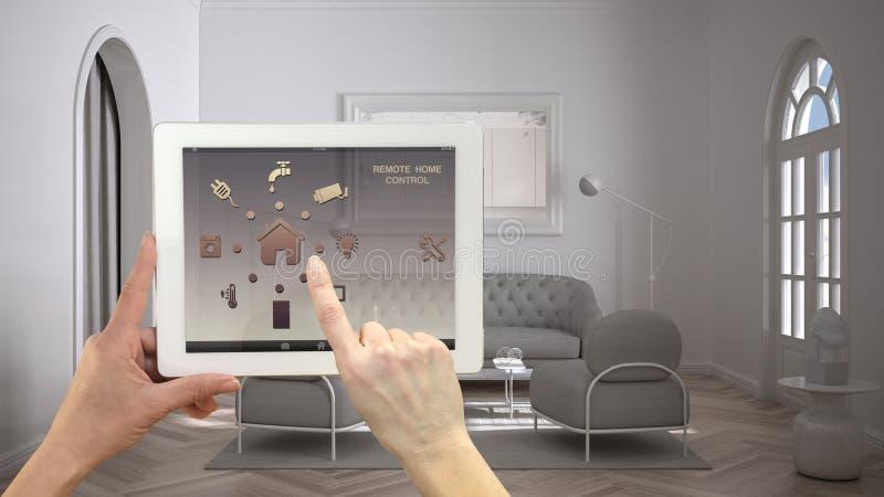Inteligentny system zdalnego sterowania w cyfrowym tablecie Urządzenie z ikonami aplikacji Minimalistyczny klasyczny jasny salon, fotografia royalty free