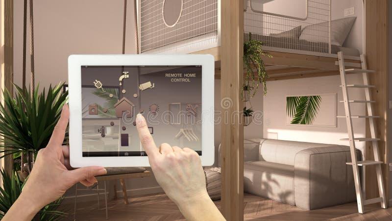 Inteligentny system zdalnego sterowania w cyfrowym tablecie Urządzenie z ikonami aplikacji Studio apartament z łóżkiem piętrowym, obraz royalty free
