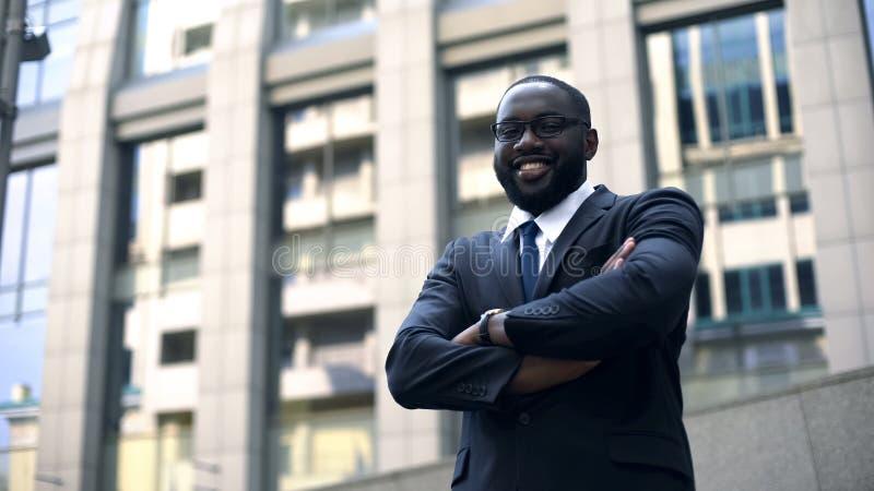 Intelligent affärsman som poserar för kameran, personlig utveckling, karriärtillväxt royaltyfri bild