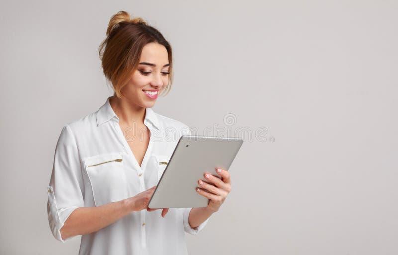 Intelligent und schön Frau, die digitale Tablette verwendet stockfotos