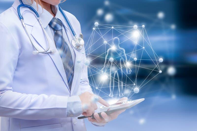 Intelligente Ärztin, die Tablette hält und auf Schirm zeigt lizenzfreie stockfotos