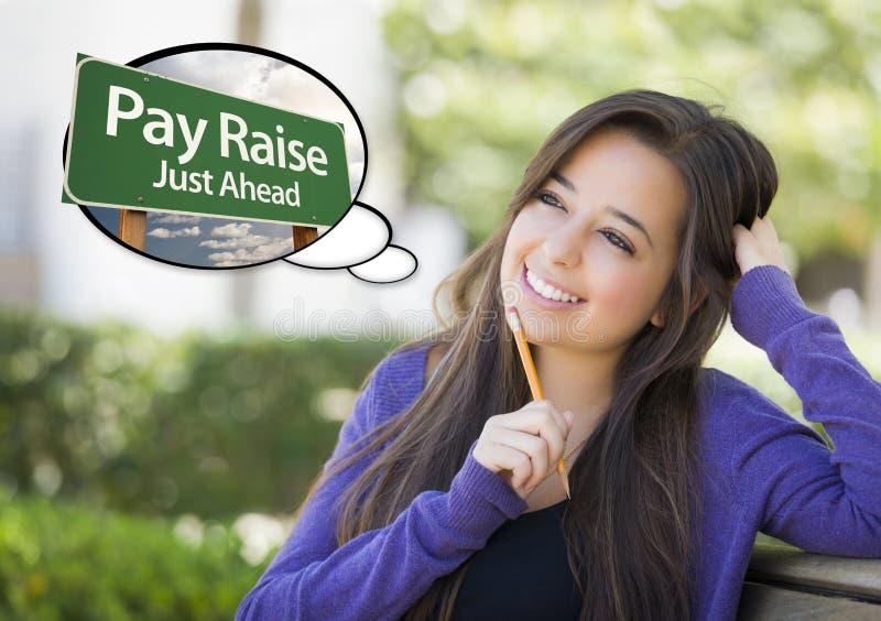 Intelligente Frau mit Gedanken-Blase des Lohnerhöhungs-Grün-Zeichens stockfoto