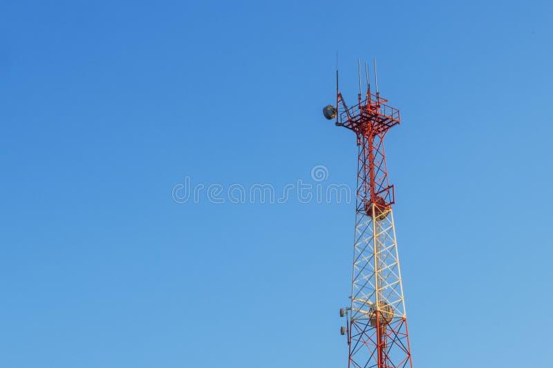 intelligente Funknetz-Antennenbasisstation des Mobiltelefons 5G auf dem Telekommunikationsmast, der Signal ausstrahlt lizenzfreies stockfoto
