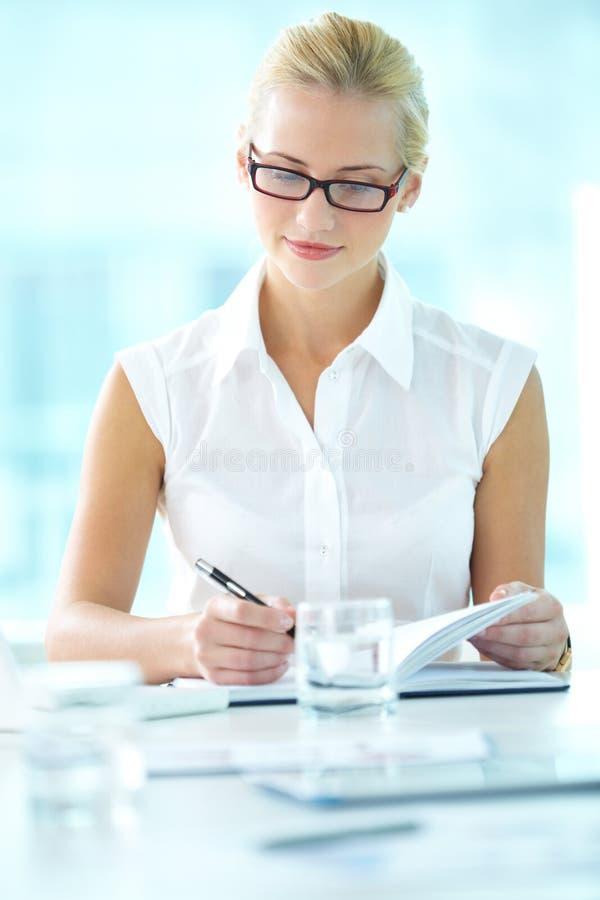 Intelligente Geschäftsfrau lizenzfreie stockfotos