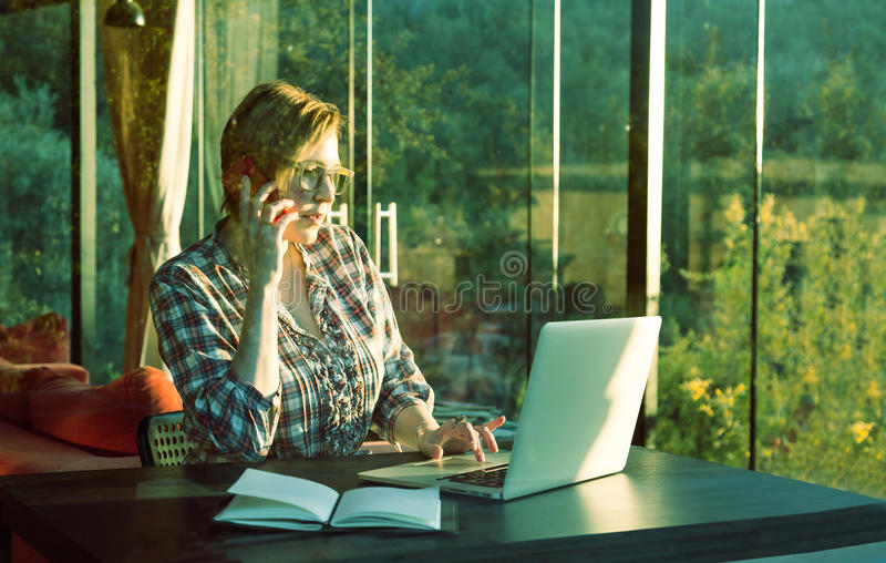 Intelligente Geschäftsfrau in der Freizeitbekleidung, die an Computer arbeitet lizenzfreie stockfotos