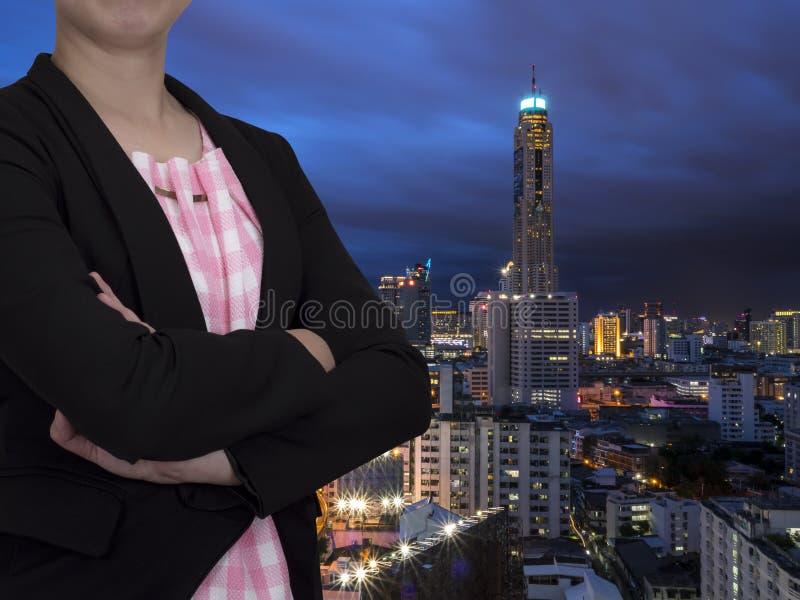 Intelligente Geschäftsfrau mit modernem Gebäudehintergrund 1 stockfotografie