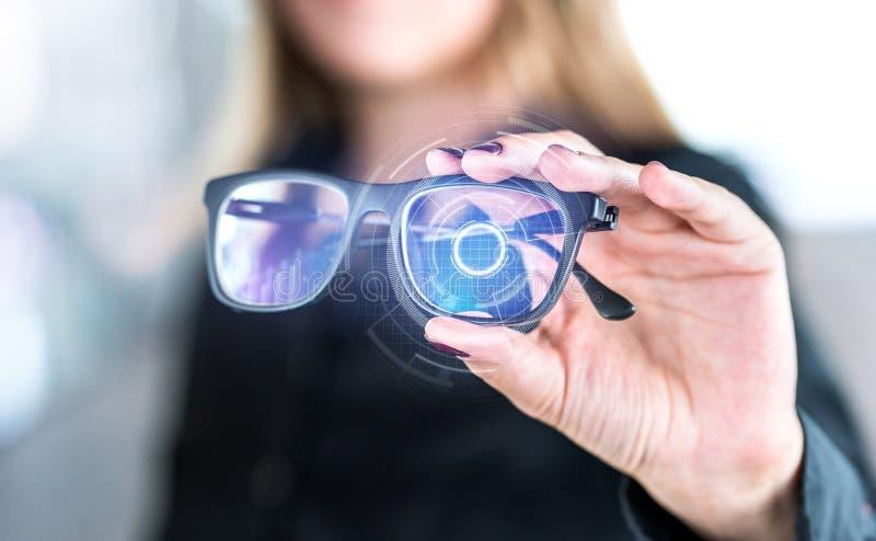 Intelligente Gläser des virtuellen Schirmes mit futuristischer High-Techer Schnittstelle lizenzfreies stockbild