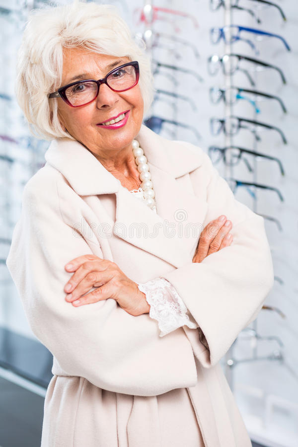 Intelligente Gläser für elegante ältere Frau stockbilder
