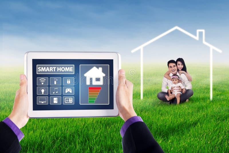 Intelligente Hausprüferikonen und asiatische Familie lizenzfreies stockbild