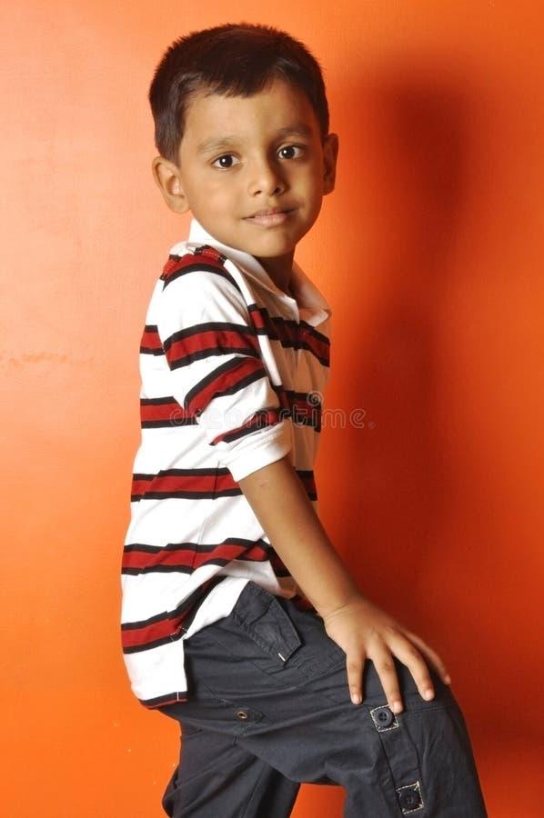Intelligente indische Jungenaufstellung stockbild
