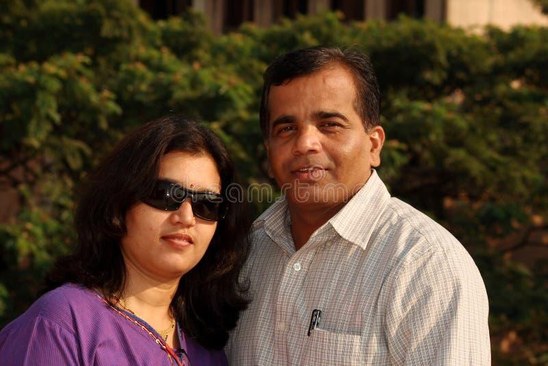Intelligente indische Paare lizenzfreie stockfotografie