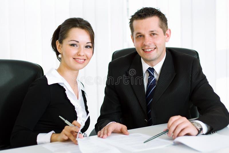 Intelligente junge Geschäftsleute lizenzfreie stockbilder